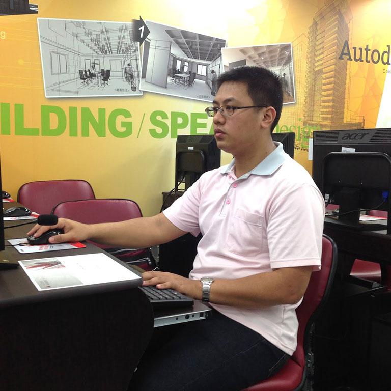 巨匠課程規劃師正跟恭明討論適合他的生涯規劃跟個人優勢。
