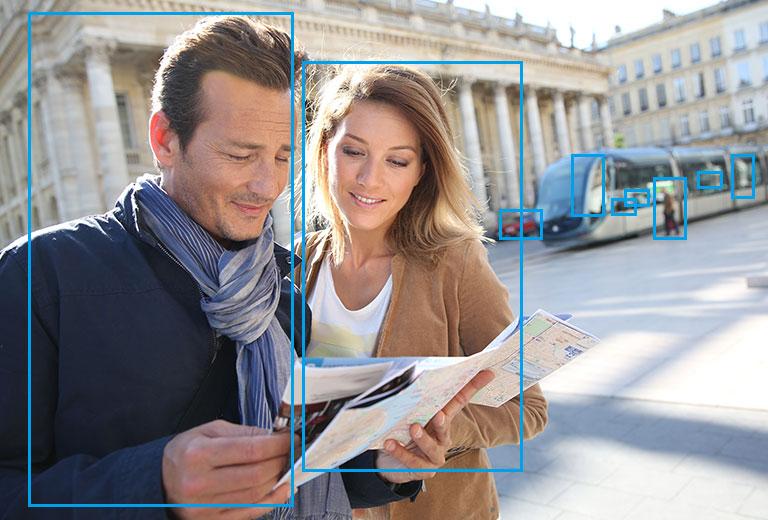 透過Ai人工智慧,辨識出影像中在觀光景點查看地圖的一男一女
